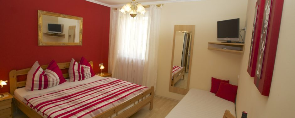 """Zimmer 1 """"Burgunder"""" mit Zusatzbett"""